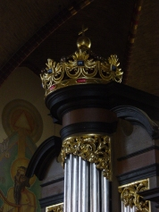 Keizerskroon op de pedaaltoren van het Groot Orgel