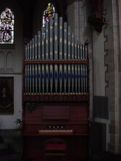Het koororgel in het transept van de kerk